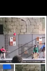El trío calavera en actuación musical en el campamento